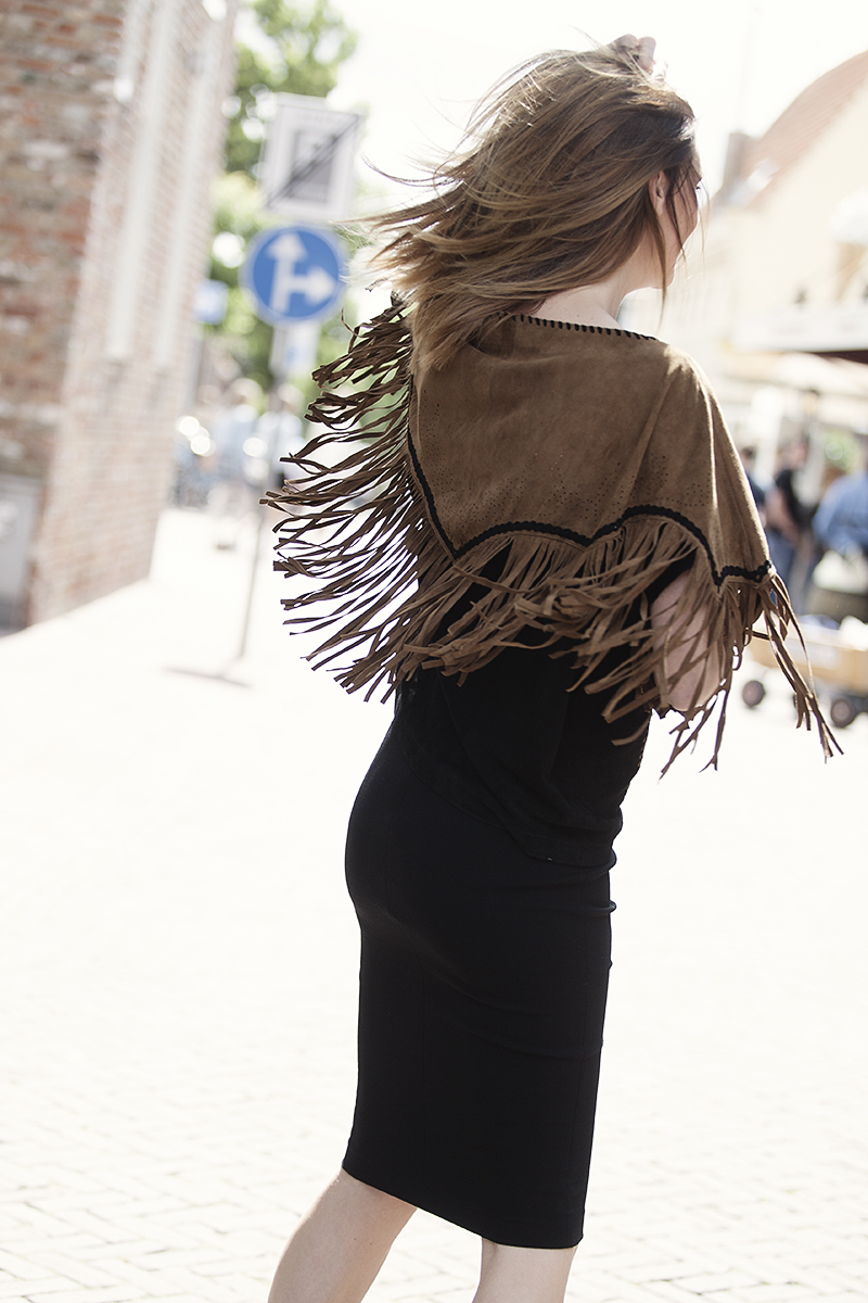 streetstyle suede fringes www.blogforshops.nl wearing ByDanie fall winter 2015 poncho