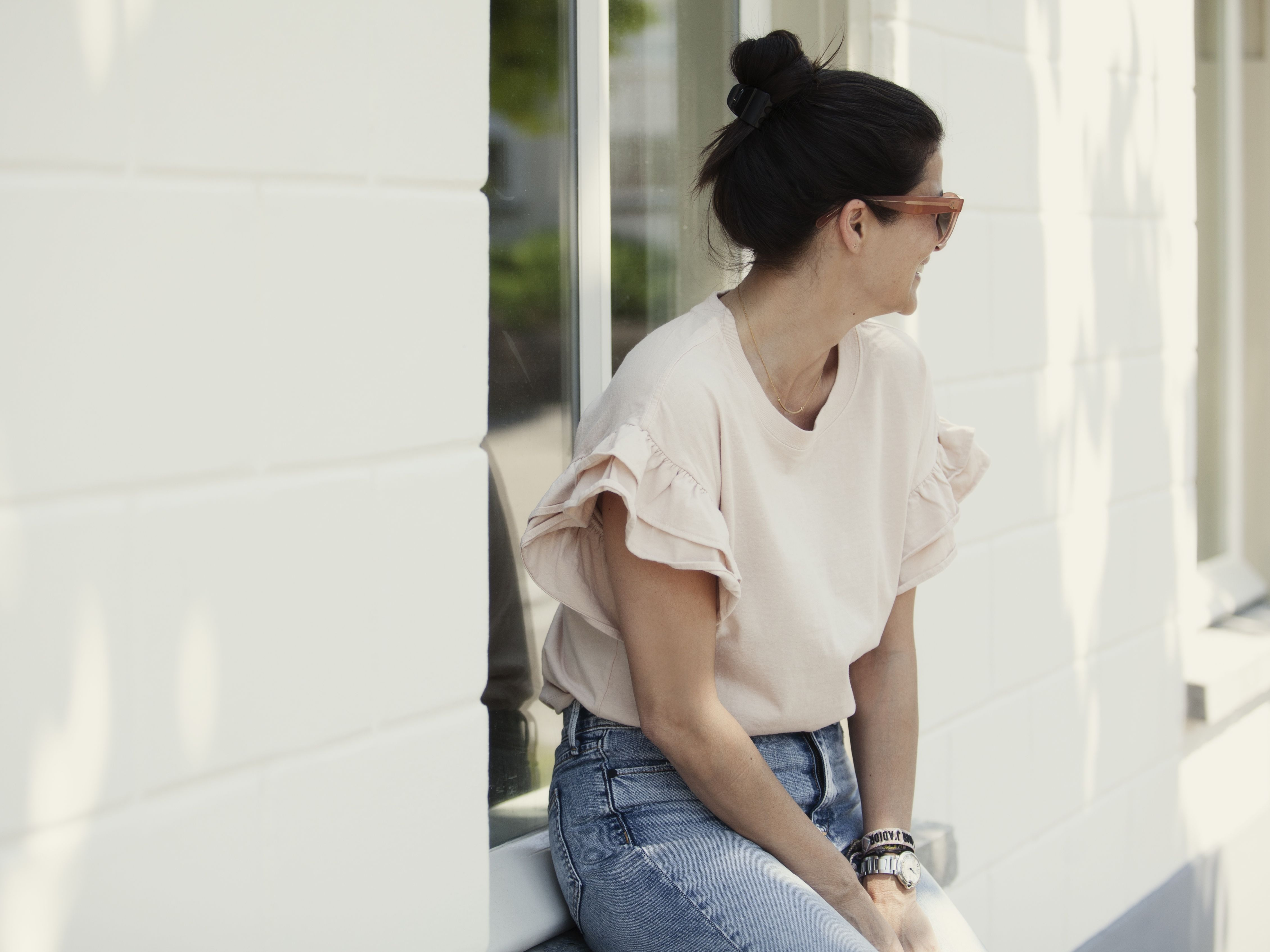 Styling Stories Sabrina wearing Current Elliott T-Shirt ruffles, Rag&Bone high waist cigarette jeans, Hermes Sandals tan